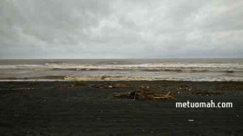 Hujan Tak Halangi Wisata ke Pantai Depok Bantul Jogja