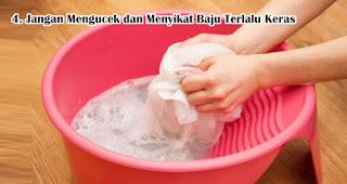 Jangan Mengucek dan Menyikat Baju Terlalu Keras merupakan tips mencuci baju dengan benar