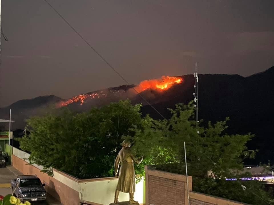 Enfrentamiento entre Carteles Unidos y el CJNG provoca tremendo incendio forestal en Aguililla; Michoacán