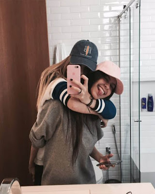foto de amigas en espejo abrazadas