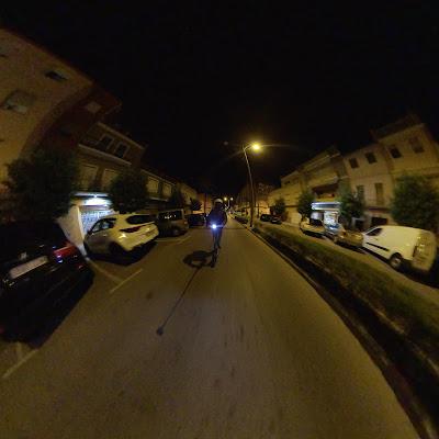 Patinete e-twow gt se de noche por ciudad