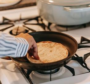 الطريقة الخاطئة.. شاهد ماذا يحدث لك عند تسخين الخبز بهذه الطريقة