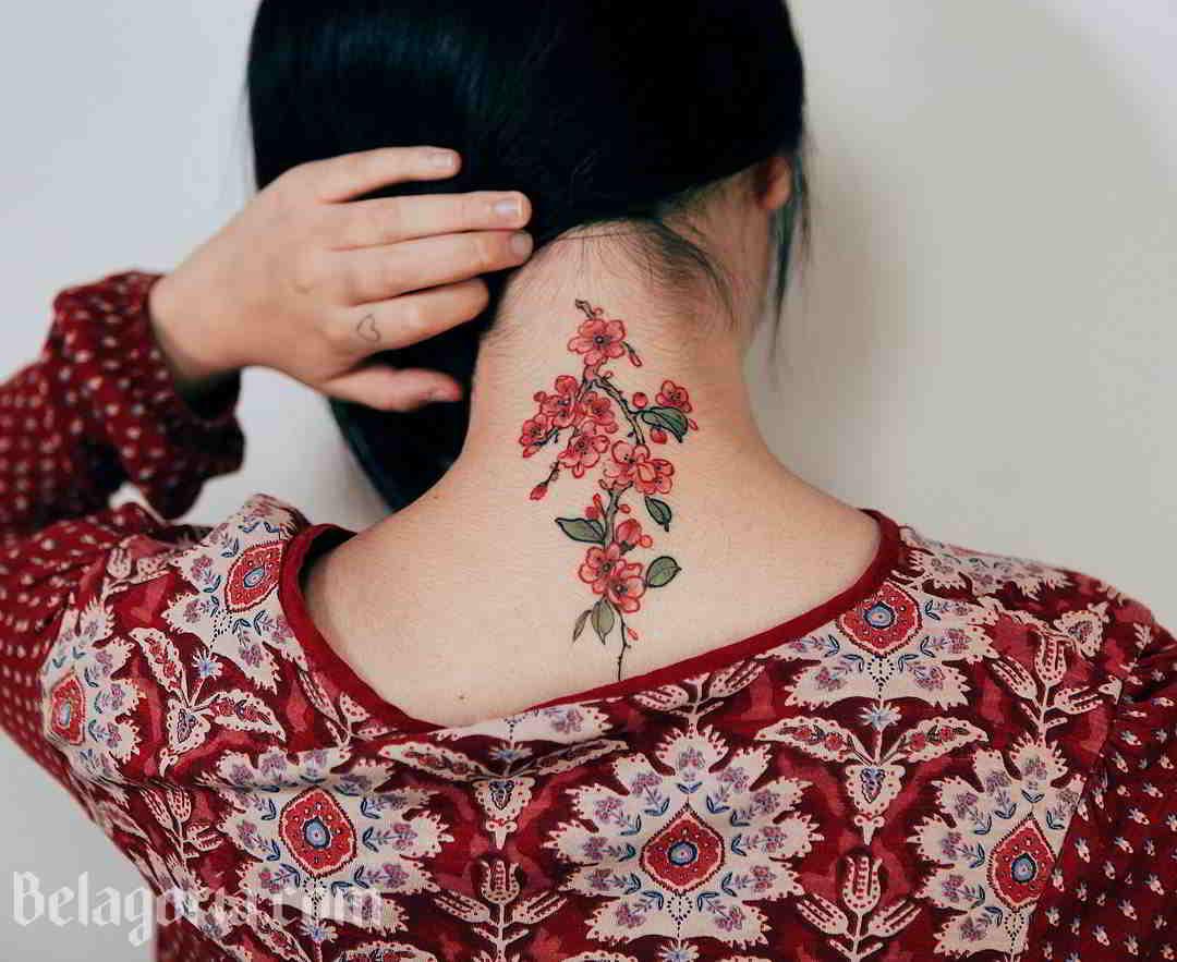 Un mujer con tatuaje detras del cuello