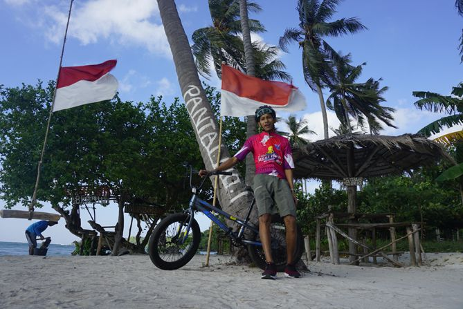 Bersepeda BMX menuju pantai Bobi