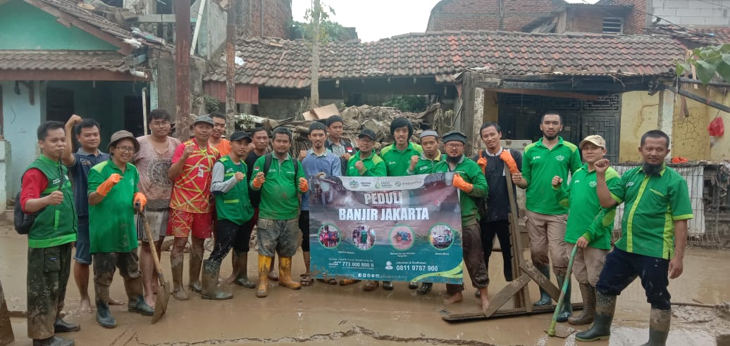 Pasukan Hijau Berjibaku Dengan Lumpur saat Bersihkan Masjid dan Rumah Warga