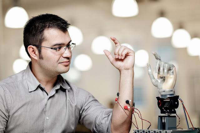Mexicano crea prótesis que permite tener sensaciones en mano artificial controlada mentalmente