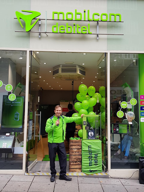 Ein Promoter vor einem Mobilcom Debitel Shop