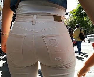 Bonita mujer nalgas redondas pantalon apretado