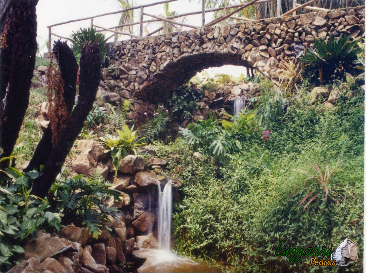 Nesse sítio em Limeira-SP executamos a construção dos lagos. Entre um lago e outro executamos um riacho com pedras e executamos a ponte com pedras com detalhe do guarda corpo da ponte em eucalipto tratado e o paisagismo.