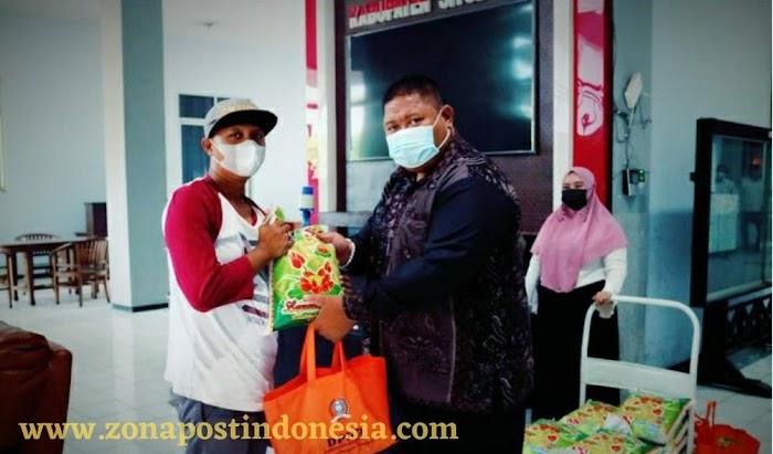 DPRD Kabupaten Situbondo, Salurkan Bantuan Sosial Berupa Puluhan Paket Sembako Kepada Masyarakat