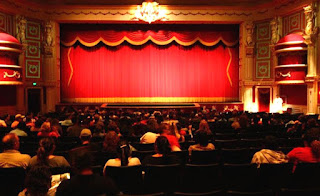 معنى المسرح في حلم المرأة