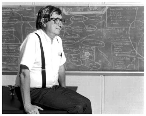 Harold J. Morowitz, biofísico, PhD em física  pela Universidade de Yale.