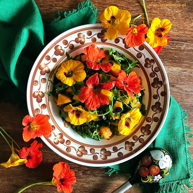Sałatka z dynią i kwiatami nasturcji
