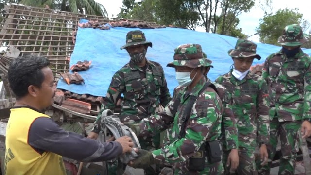 TNI Temukan Uang Milik Warga Saat Bersihkan Puing Bangunan Rumah