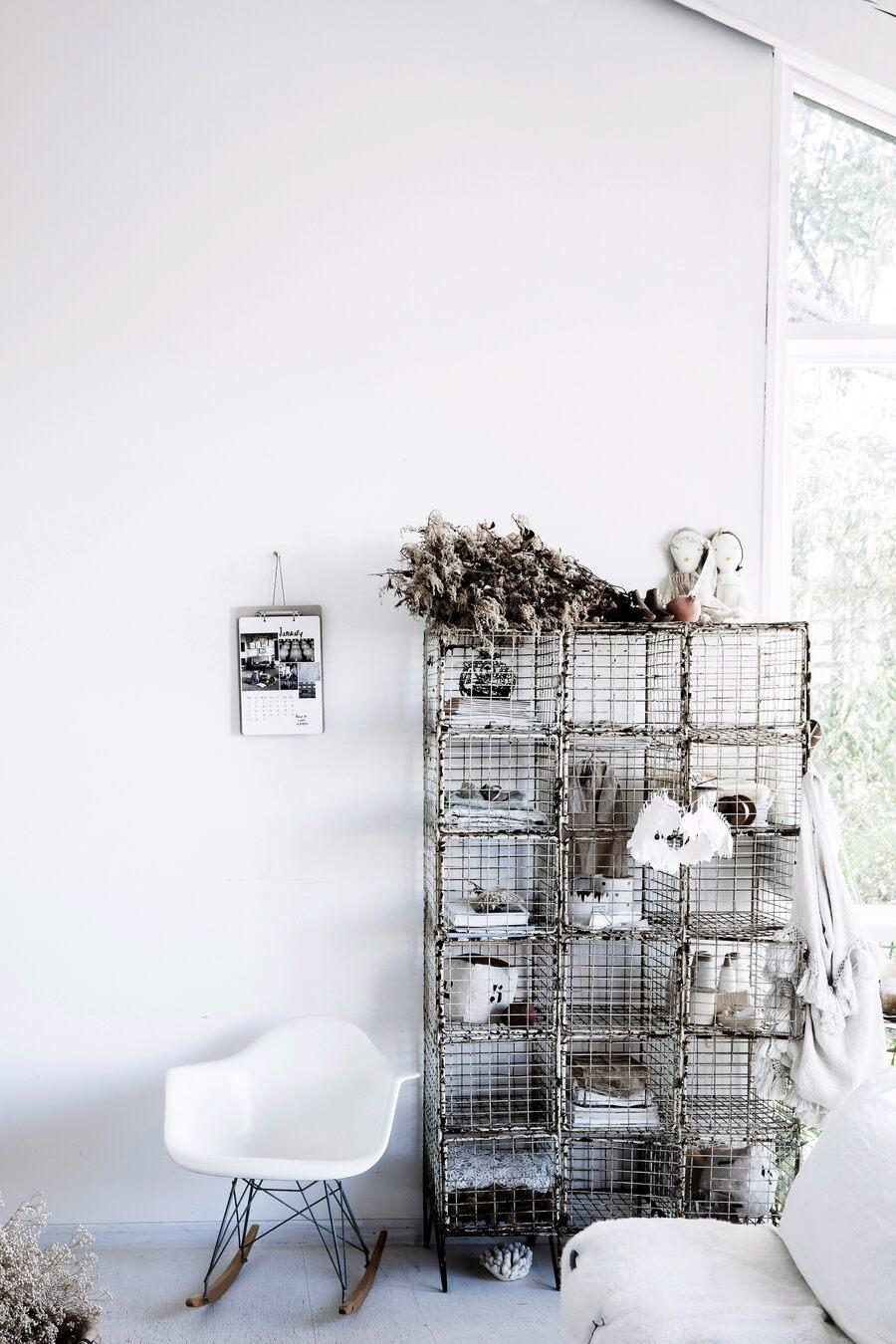 Silla mecedora blanca y mueble de metal estilo vintage
