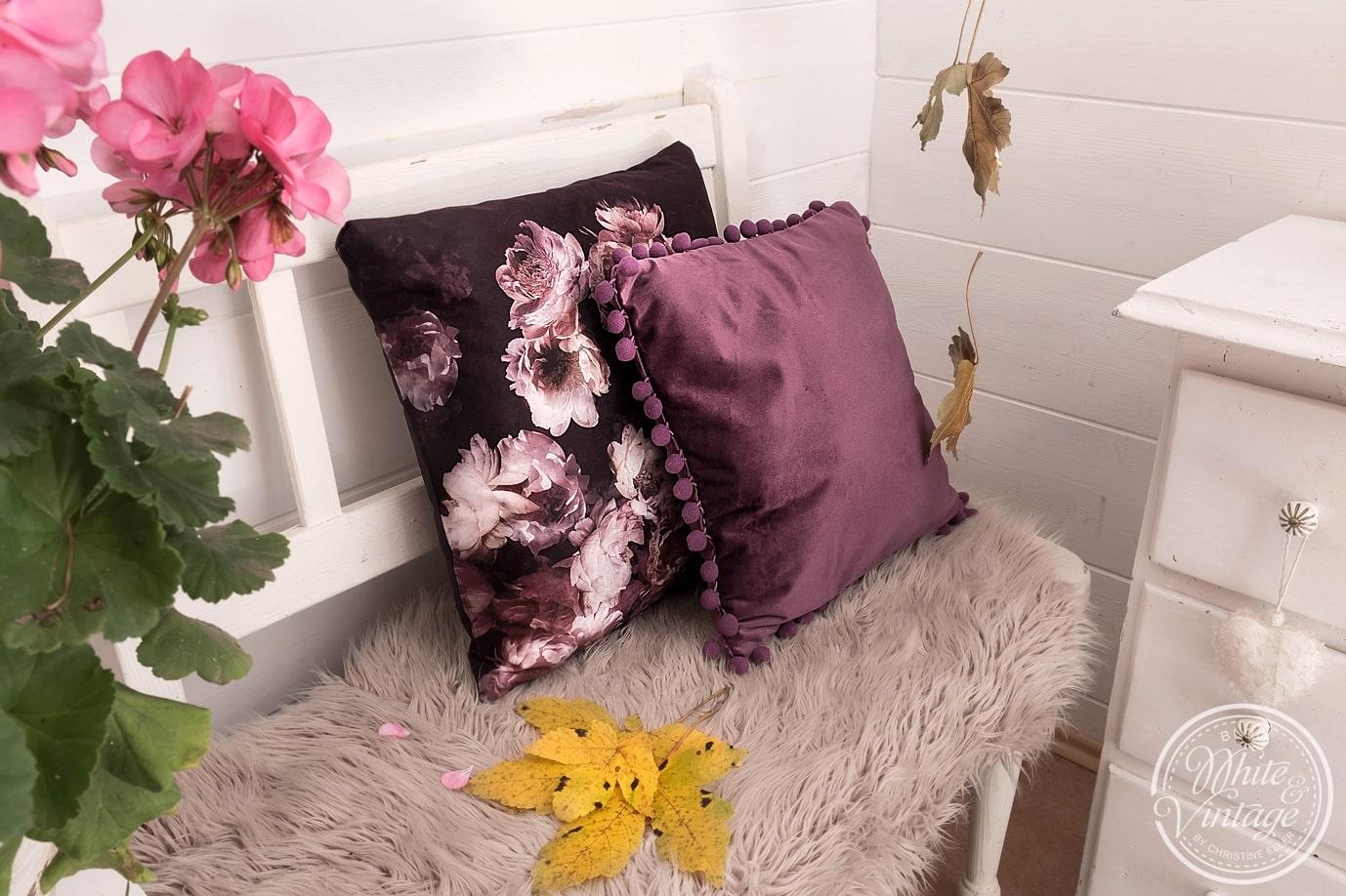 Kuschelige Kissen und Felle bringen Gemütlichkeit in dein Zuhause.