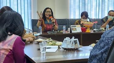 "Santy Sastra, Narasumber ""Komunikasi Pelayanan Pelanggan"" di BNNP Bali"