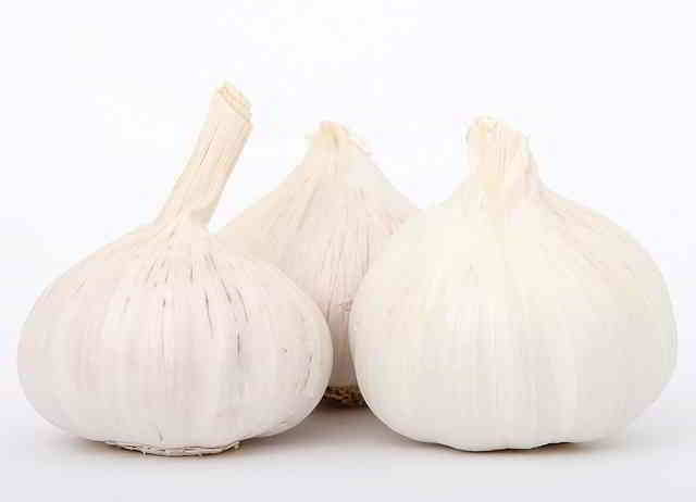 24 Surprising Garlic Health Benefits and Side Effects