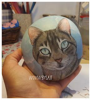 Gatto ritratto dipinto su sasso  mare