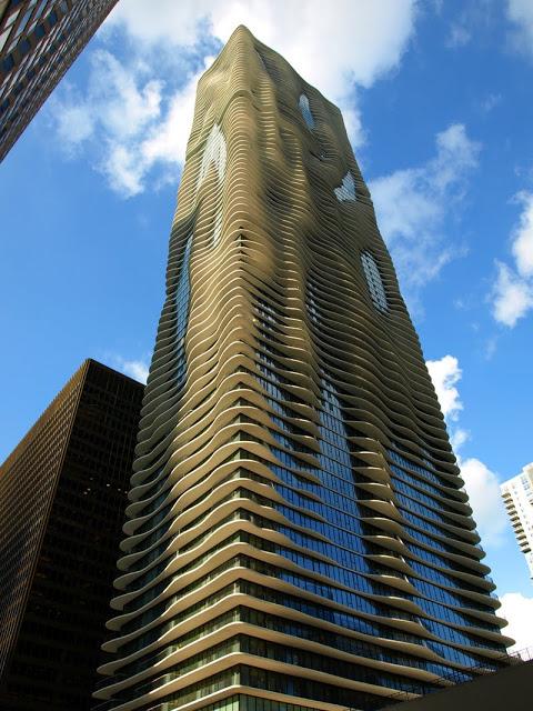 Espectacular vista contrapicado de la Aqua Tower de Chicago que tal y como su nombre indica simula agua en la fachada