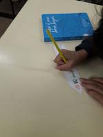 Pintar um marcador de livros na aula de educaçãovisual,