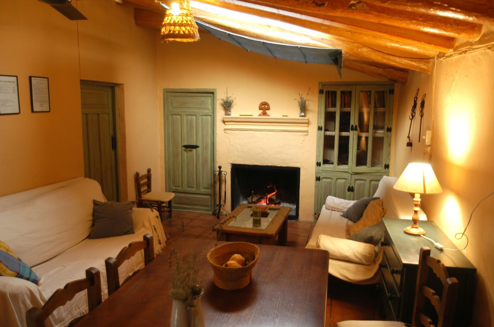 cortijo Al-Damuz: salon comedor con chimenea