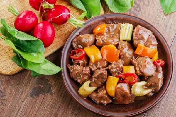 Нежное жаркое из говядины с овощами картинка-рецепт