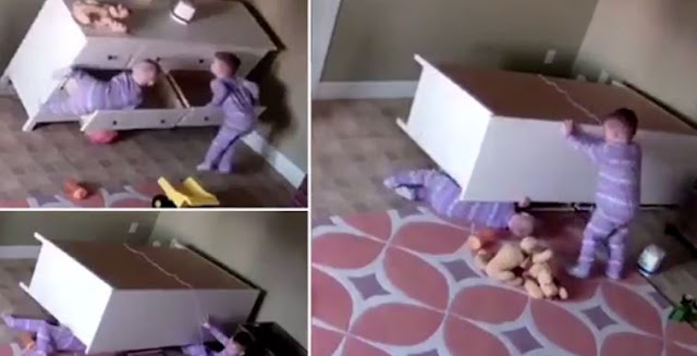VIDEO: Mengharukan! Bocah 2 Tahun Ini Coba Selamatkan Kembarannya yang Tertimpa Lemari