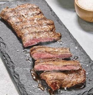 El precio de la entraña en las carnicerías Argentinas ronda los 5 a 8 precio económico de ofertas en supermercado a 25 dólares el kilo en carnicerías premium.