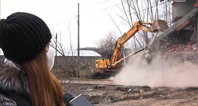 Кућу Мирјане Дригант, прогнане из Пећи 1999. године, потпуно бесправно и пред њеним очима порушили су Шиптари у том граду.