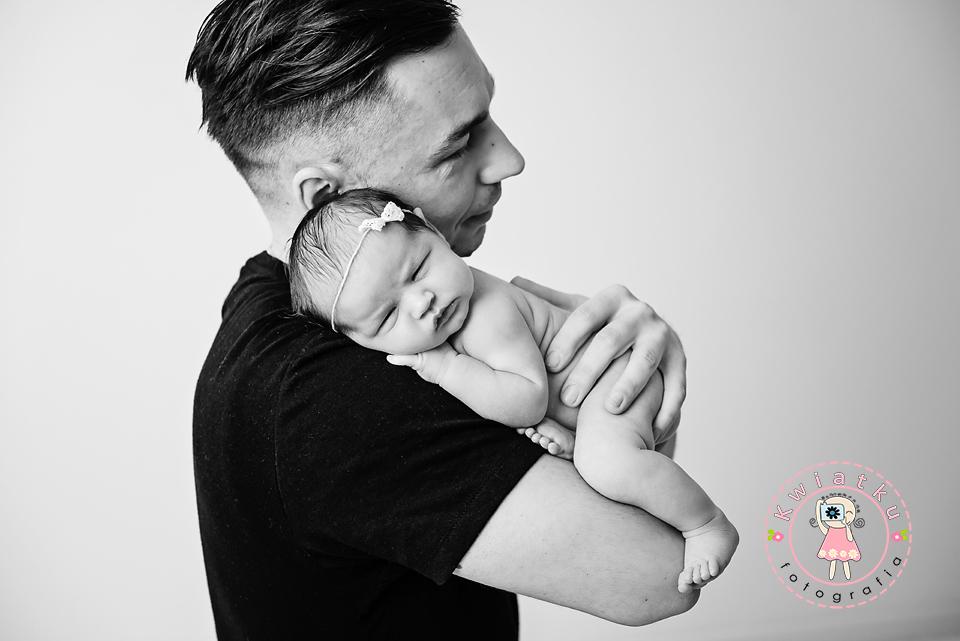 Dziecko śpi u taty na ramieniu