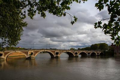 Новый мост построен в 17 веке и является одной из множества достопримечательностей Тулузы