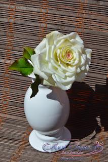Белая роза из полимерной глины.