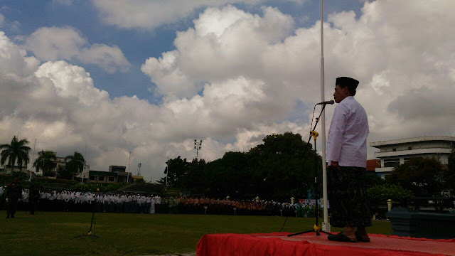 Surabaya - 1 KH Mutawakkil Alallah memimpin upacara hari santri di tugu pahlawan surabaya