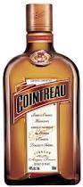 Cointreau, botella de licor de naranja con alcohol