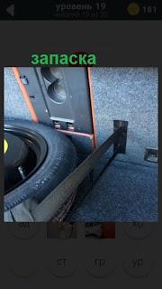 в машине лежит запасное колесо в багажнике