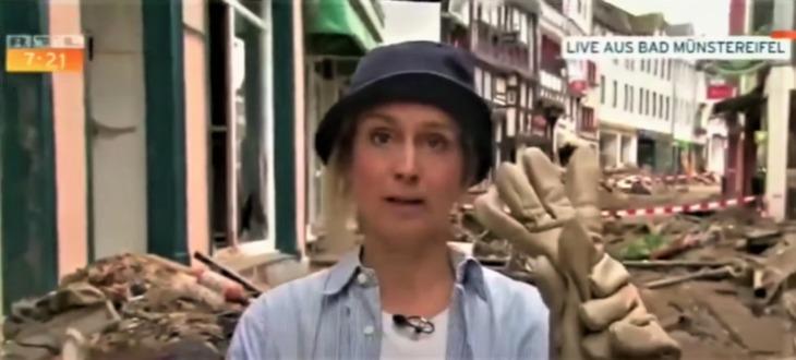 Reportera alemana se unta lodo en la cara y desata polémica