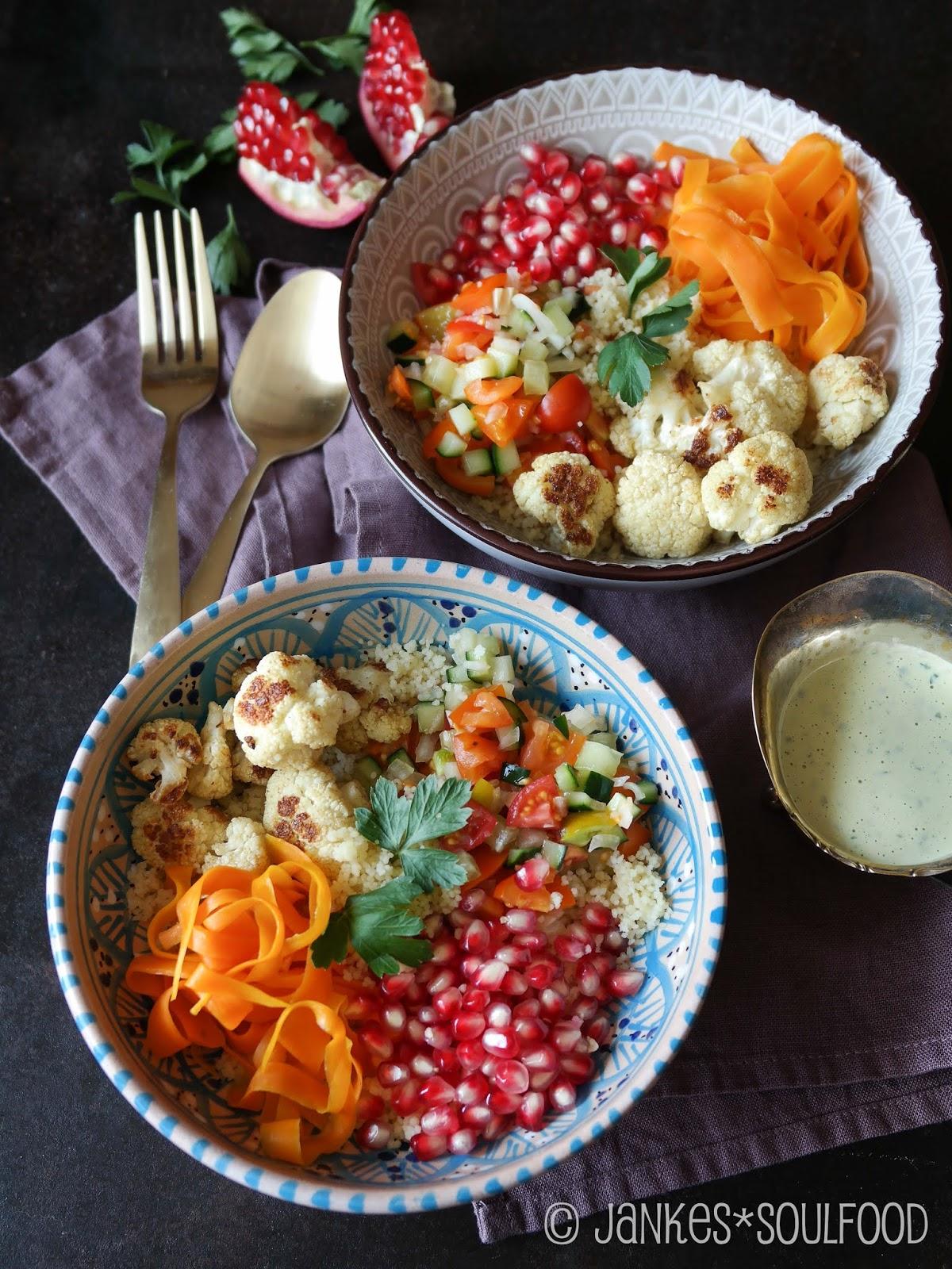 Bowl mit Couscous, Blumenkohl und Tahinisauce