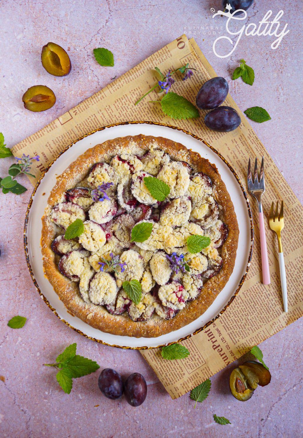 okragke-ciasto-z-fioletowymi-sliwkami