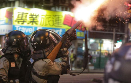 Polisi anti huru hara menembakkan gas air mata ke arah para demonstran pro-demokrasi selama pertikaian di distrik Wan Chai di Hong Kong pada 11 Agustus 2019
