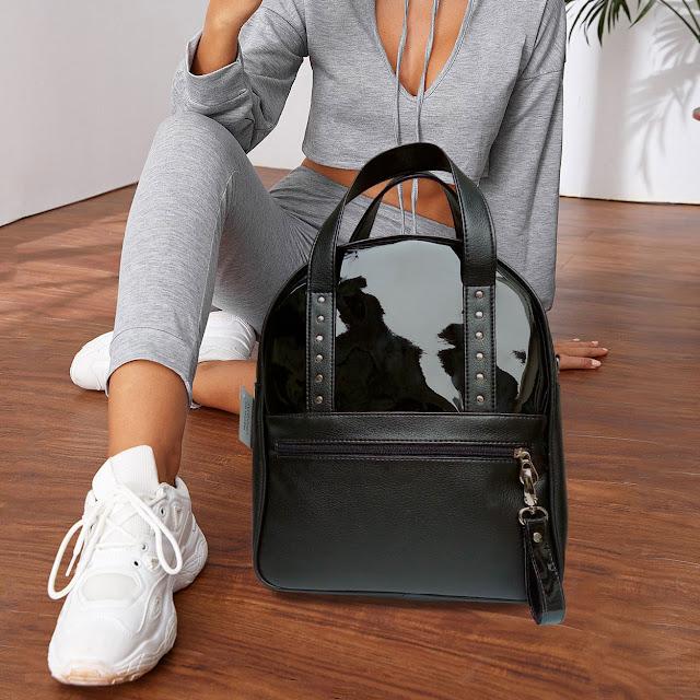 ueva mochila convertible, es también cartera, bandolera o bolso. En símil cuero suave y tierno, charol en medio frente, bolsillos seguros y colgante removible