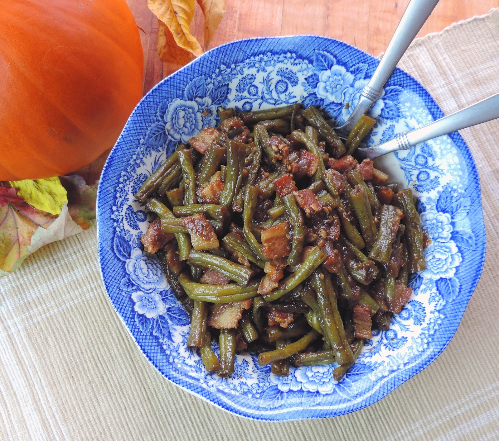 The finished country style green beans in a serving dish.