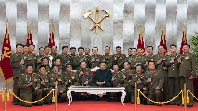 Publican imágenes de Kim Jong-un rodeado por generales posando 'a lo James Bond' con pistolas conmemorativas