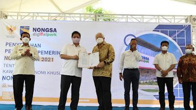 Menteri Koordinator Bidang Perekonomian RI Serahkan PP KEK BAT dan Nongsa