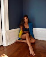 Sara Matos de lingerie, com foco no pé