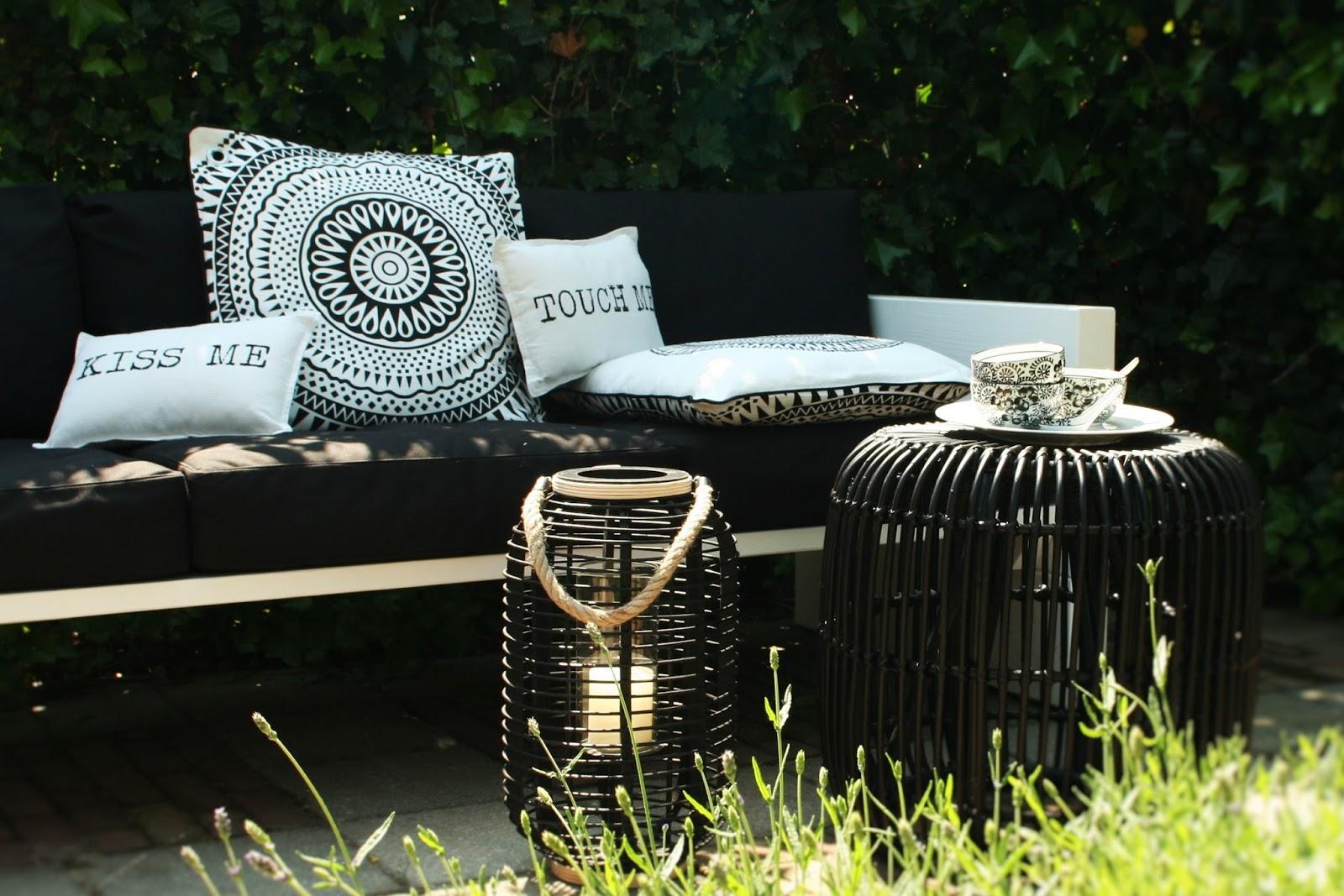 Kussen Wit 16 : Thuis met moon: echte zomerliefde een zwart wit terras make over..