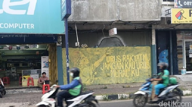 Tulisan 'Urus Rakyatmu Jangan Kau Urus Muralku' di Karawang Dihapus!