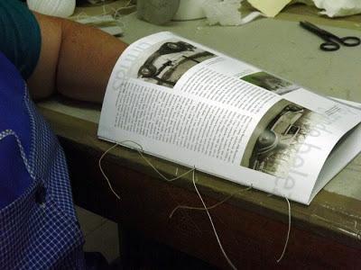 uma pessoa restaurando um livro