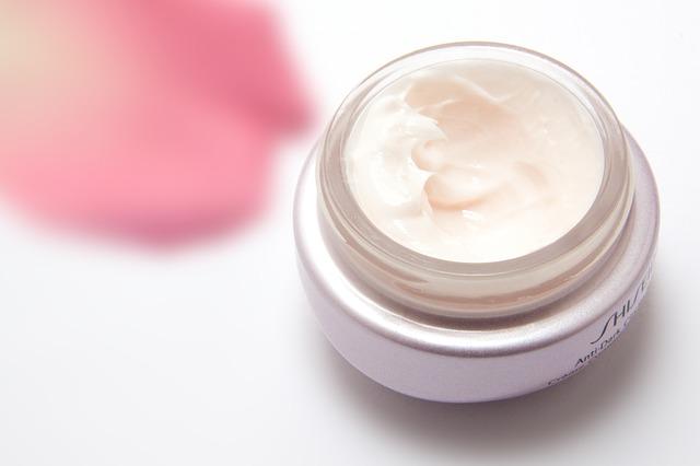 Melembabkan kulit kering dengan moisturizer sebetulnya merupakan rutinitas perawatan yang 7 Cara Praktis Memakai Pelembab yang Benar