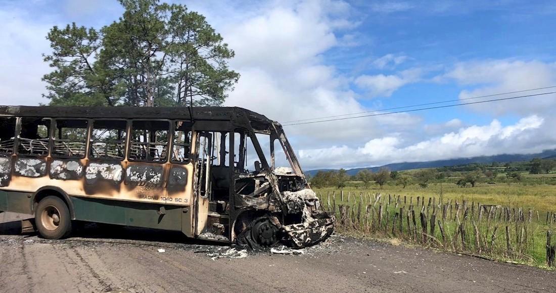Empecherados del CJNG roban y queman más de 50 vehículos para bloquear caminos de Los Reyes y Tocumbo, Michoacán